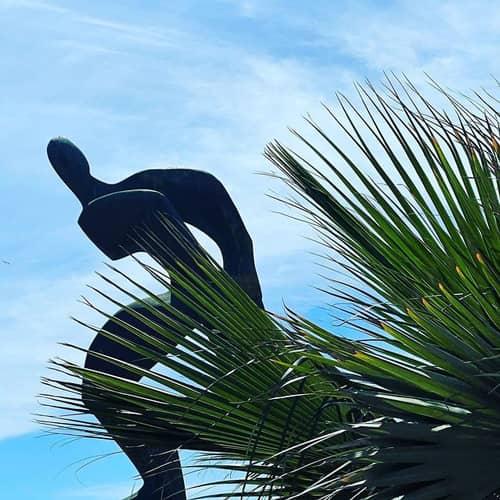 La estatua del Jabegote recibe a los visitantes del barrio de Huelin de Málaga en la parte sur frente a la Playa de San Andrés.