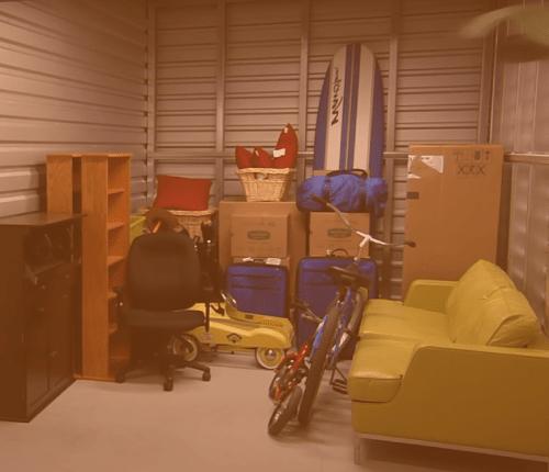 Los trasteros en alquiler tienen una altura de entre dos metros y medio y tres metros. Empieza por guardar los muebles mas voluminosos.