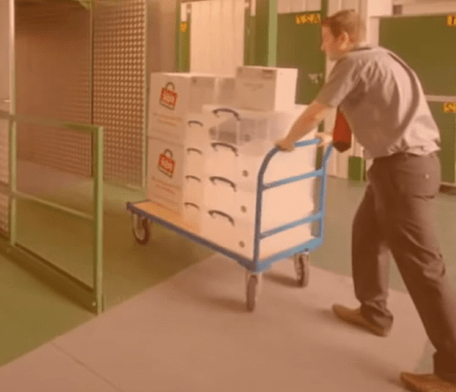 Carros, carretillas, transpaletas y escaleras para cargar y descargar tus muebles y dejarlos guardados con las máximas garantías.